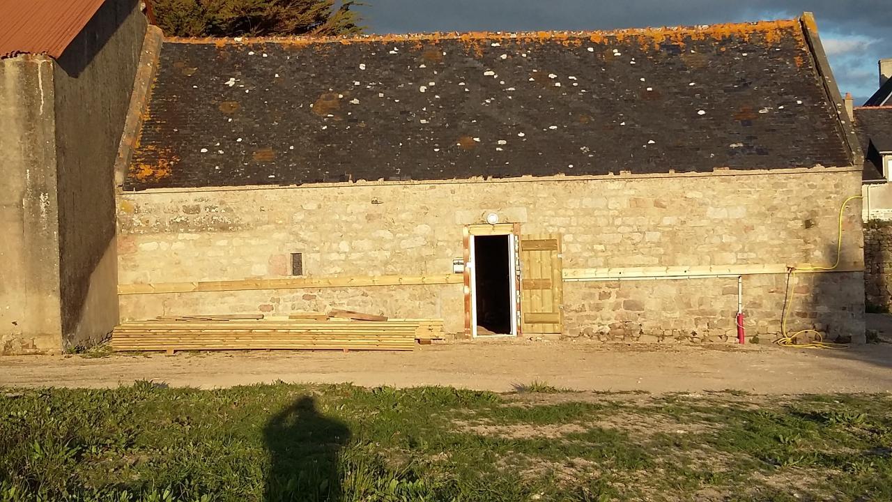 Extérieur grande sellerie 70m2 dans une grange en pierre