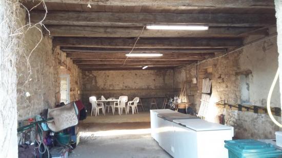 Intérieur de la grande sellerie de 70m2 dans une grange en pierre