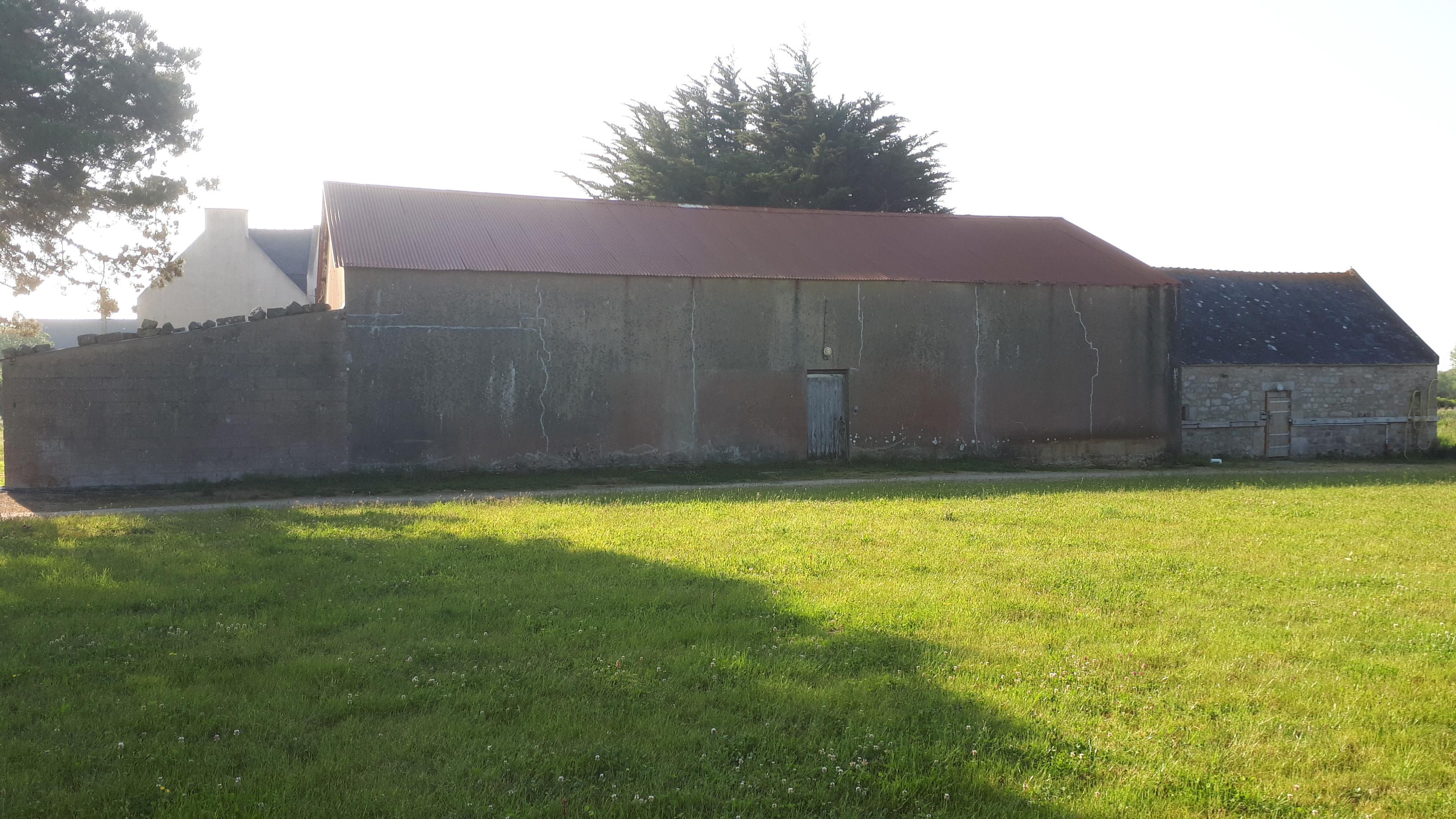 ZOOM sur les 2 hangars et la grange sellerie de la ferme, côté Ouest