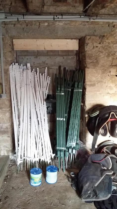 100 piquets plastiques et 400m rubans pour diviser 6 paturages